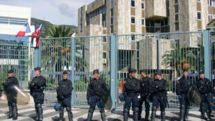 После митинга протестующих приняли в префектуре полиции Бастии (на фото).
