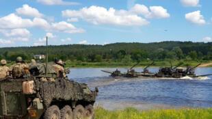 Les troupes alliées traversent la rivière Neman pendant l'exercice de l'OTAN Sabre Strike à Kulautuva, en Lituanie, le 13 juin 2018.