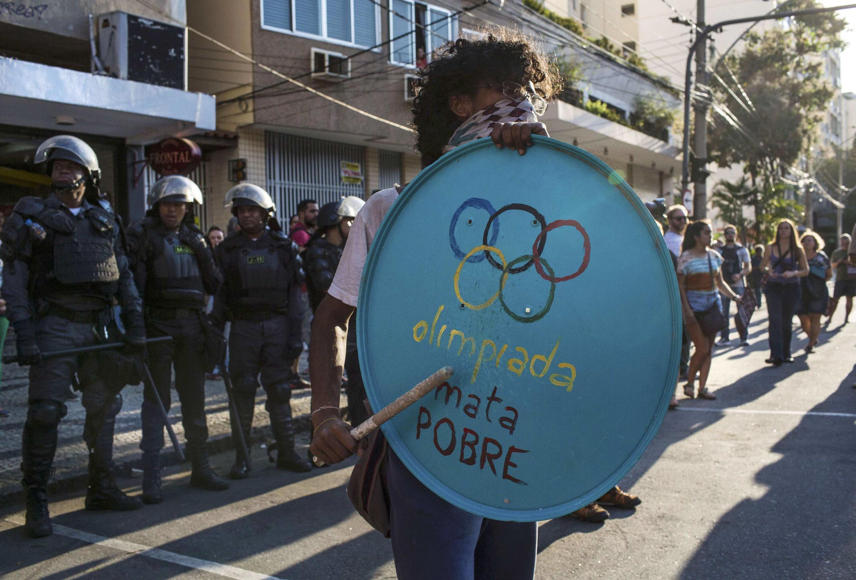Manifestation de Brésiliens à l'ouverture des Jeux olympiques 2016 tout près du stade de Maracana à Rio de Janeiro, le 5 août 2016