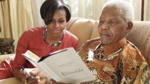Michelle Obama durante encontro com Nelson Mandela na África do Sul.