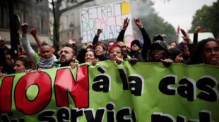 """Governo Macron enfrenta terceira greve de funcionários públicos contra reformas. Manifestantes com a faixa: """"Não à destruição do serviço público"""". 14/05/18"""