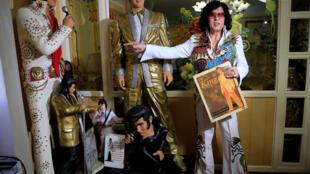 """O ex-advogado e colecionador de objetos com a marca """"Elvis"""", Douglas Masuda, em Makati, nas Filipinas, 14 de agosto de 2017."""