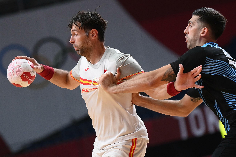 Antonio García trata de zafarse de Nicolás Bonanno durante el partido del grupo A del balonmano masculino de los Juegos Olímpicos disputado entre España y Argentina, el 1 de agosto de 2021 en Tokio