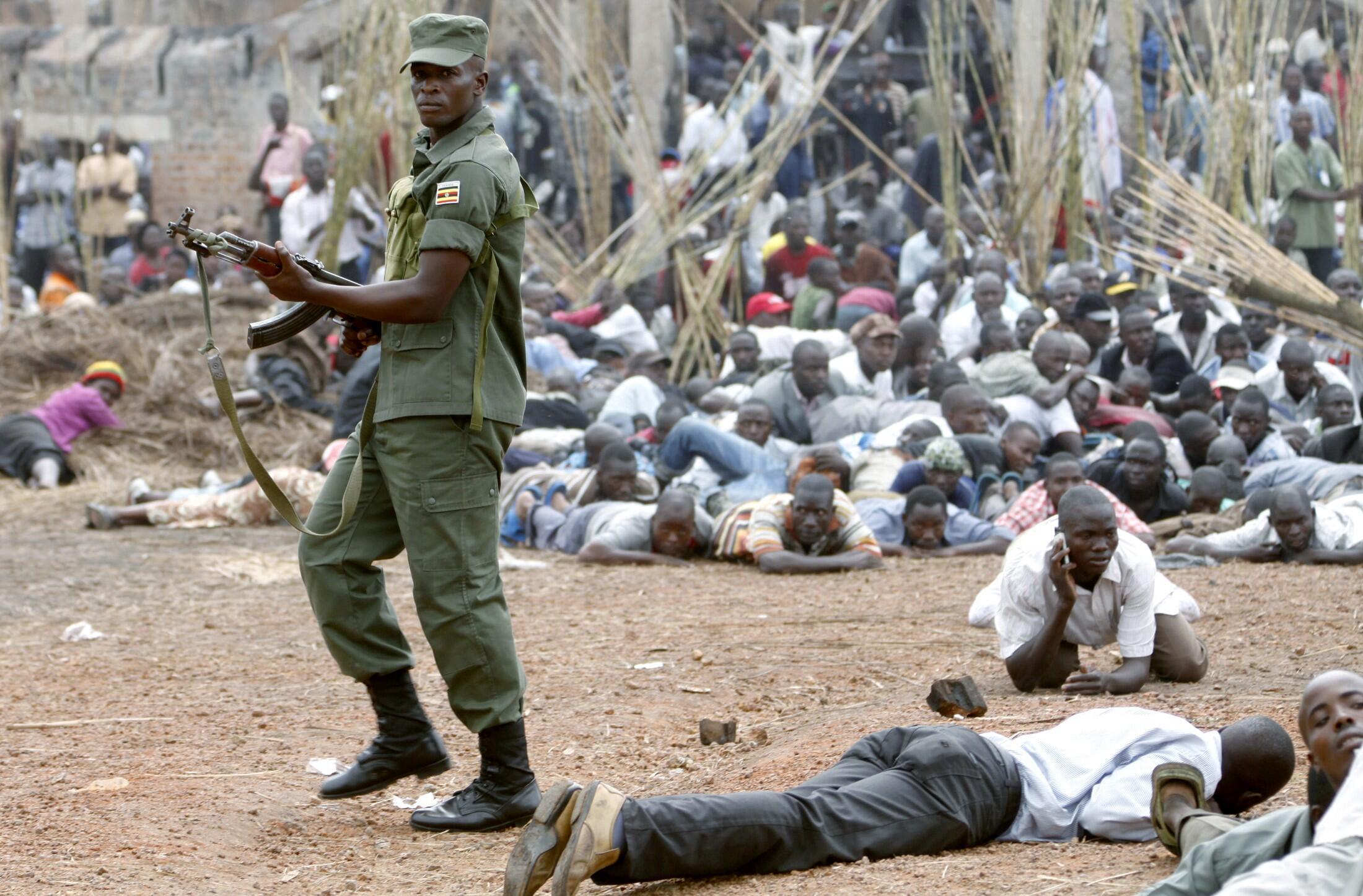 Askari wa Uganda akivurumisha risasi hewani kuwatawanya waandamanaji