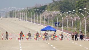 Soldados bloquean el acceso al parlamento en Naypyidaw tras el golpe de Estado en Birmania, el 1 de febrero de 2021