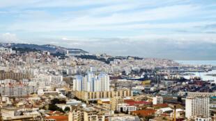 Alger, vue du ciel. La capitale algérienne a tremblé hier, vendredi 1er août, à cause d'un séisme de 5,6 sur l'échelle de Richter. L'épicentre du séisme se situe en mer, à 19 kilomètres au nord-est de Bologhine, un quartier d'Alger.
