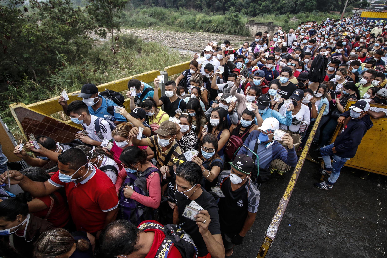Personas con barbijos llegan desde Venezuela a Cúcuta, Colombia, el 12 de marzo de 2019
