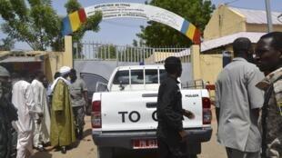 Les forces de sécurité devant le commissariat central de Ndjamena visé par une attaque terroriste le 15 juin 2015.