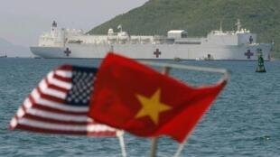 Cờ Mỹ-Việt cạnh nhau đánh dấu tiến trình hòa giải giữa hai bên