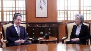 Ngoại trưởng Hàn Quốc Kang Kyung Wha (P) trao đổi với Koji Tomita, đại sứ Nhật tại Hàn Quốc để phản đối việc Nhật Bản cách ly du khách Hàn Quốc, ngày 06/03/2020 tại Seoul.