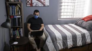 El médico mexicano Alejandro Camacho, de 27 años, utiliza una laptop en su apartamento después de su turno en el Hospital General de Tijuana, Estado de Baja California, México, el 4 de mayo de 2020