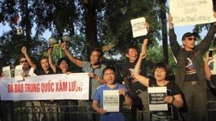 Người dân biểu tình phản đối Bắc Kinh đưa giàn khoan nổi vào Biển Đông trước Đại sứ quán Trung Quốc tại Hà Nội ngày 09/05/2014.