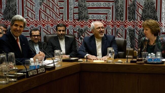 Waziri wa mambo ya Kigeni wa Marekani, John Kerry (kushoto) akiwa kwenye meza ya mazungumzo na ujumbe wa Iran pamoja na Umoja wa Ulaya