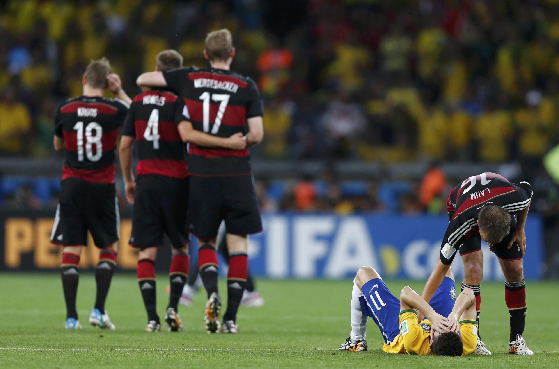 Alemães celebram goleada de 7 a 1 sobre a Seleção brasileira, pelas semifinais da Copa do Mundo nesta terça (8).