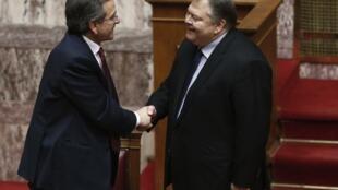 El primer ministro griego, Antonis Samaras, saluda al líder del partido socialista Pasok, Evangelos Venizelos, después de la aprobación del presupuesto de 2013 en el parlamento, el 12 de noviembre de 2012.