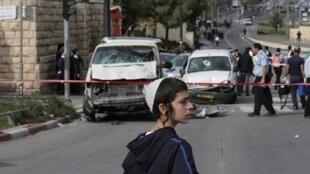 La police fait enlever la camionnette du conducteur palestinien qui a foncé sur des piétons avant d'être abattu.