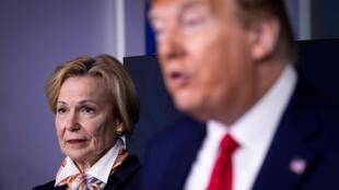 Deborah Birx lors d'un point presse aux côtés de Donald Trump à la Maison Blanche, le 18 avril 2020.