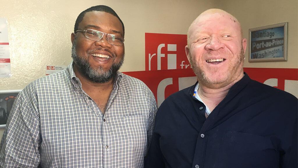En chemise noire, le chanteur James Germain ; à ses côtés, Frantz Duval, rédacteur en chef du Nouvelliste.