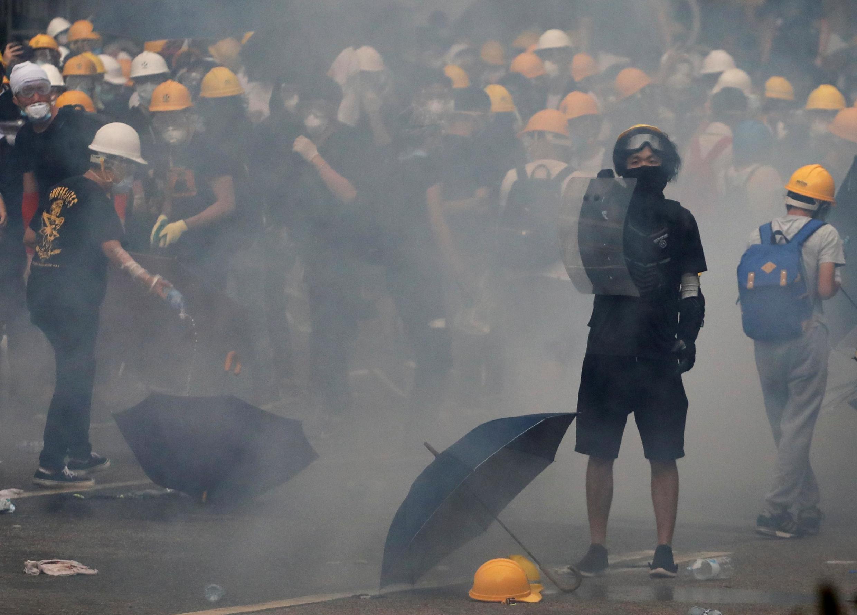 Protesto contra lei de extradição termina em confronto em Hong Kong