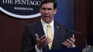 O ex-secretário de Defesa dos EUA, Mark Esper, em uma coletiva de imprensa no Pentágono em março de 2020.