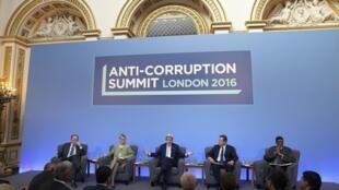 Thủ tướng Anh David Cameron tiếp đón khoảng 40 đại diện các nước tới dự hội nghị thưởng đỉnh chống tham nhũng, Luân Đôn, ngày 12/05/2016.