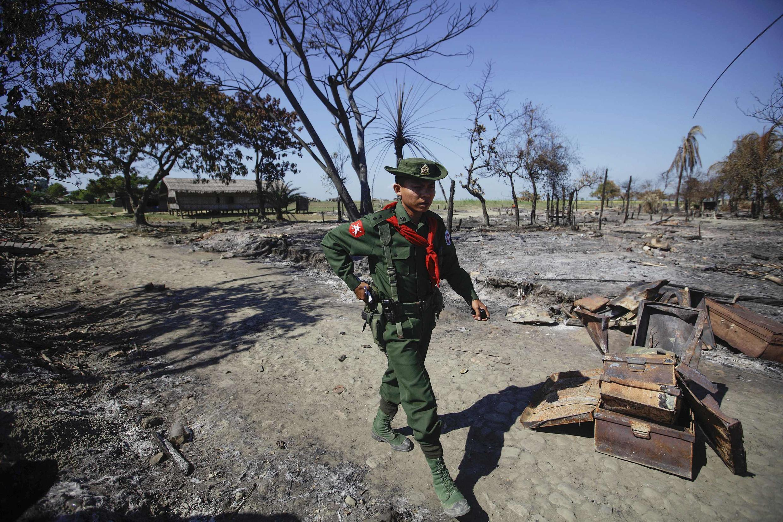 Một binh sĩ Miến Điện đi tuần ở Pauktaw, bang Rakhine, nơi xẩy ra nhiều vụ bạo động (ảnh chụp ngày 27/10/2012)