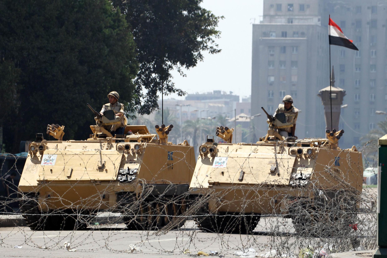 Xe tăng quân đội án ngữ tại các trục đường chính vào quảng trường Tahrir, Cairo, 23/08/2013.