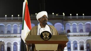 Rais wa Sudan Omar Al-Bashir akilihutubia taifa katika ikulu ya rais Ijumaa, Februari 22, 2019.