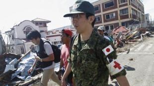 Quân y Nhật Bản tham gia cứu hộ nạn nhân tại thành phố Tacloban, Philippines, sau bão Haiyan (Ảnh ngày 15/11/2013)