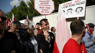 """Manifestante em Varsóvia protesta contra a """"indústria do Holocausto""""."""