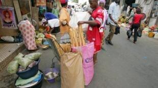 Un vendeur de pain sur le marché de Sandaga à Dakar.