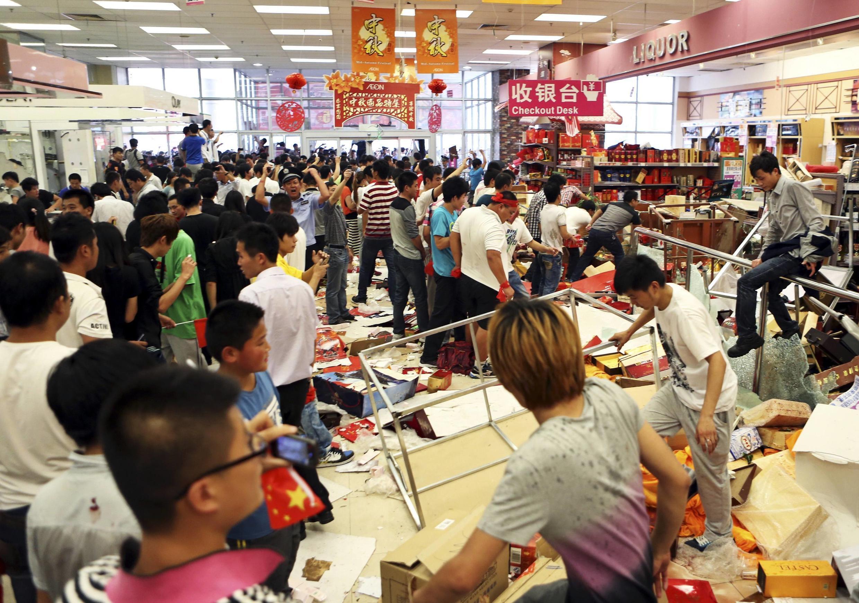 Một cửa hàng của người Nhật tại Trung Quốc bị người biểu tình cướp phá ngày 15/09/2012.