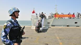资料图片:2015年3月29日中国海军在亚丁湾执行撤侨任务。