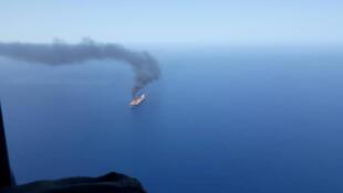 Một tầu chở dầu đang bị tấn công ngoài khơi Vịnh Oman, ngày 13/06/2019.
