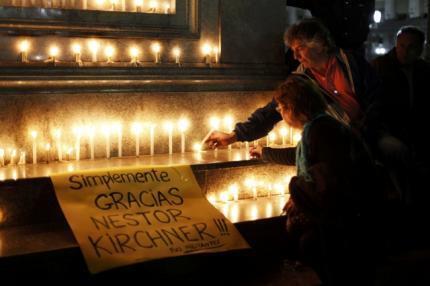 Argentinos fazem vigília diante da Casa Rosada, sede da presidência da Argentina.