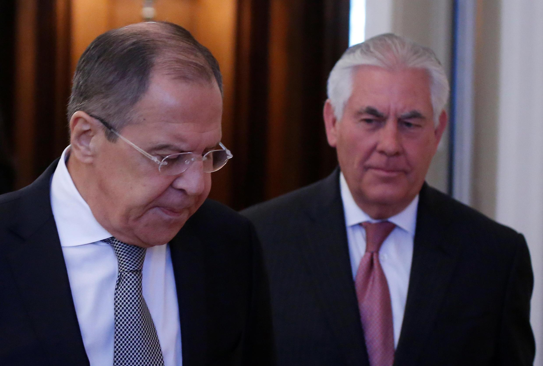 O chanceler russo, Serguei Lavrov (à esq.), recebe a visita do chefe da diplomacia americana, Rex Tillerson, em Moscou, em 12/04/2017.
