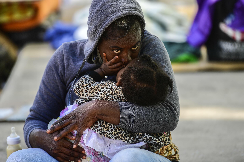 Una migrante haitiana besa a su bebé el 24 de septiembre en Ciudad Acuña, en México