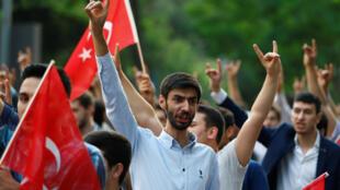 Nhiều người Thổ Nhĩ Kỳ đã biểu tình phản đối trước lãnh sự Đức ở Istanbul, ngày 02/06/2016.