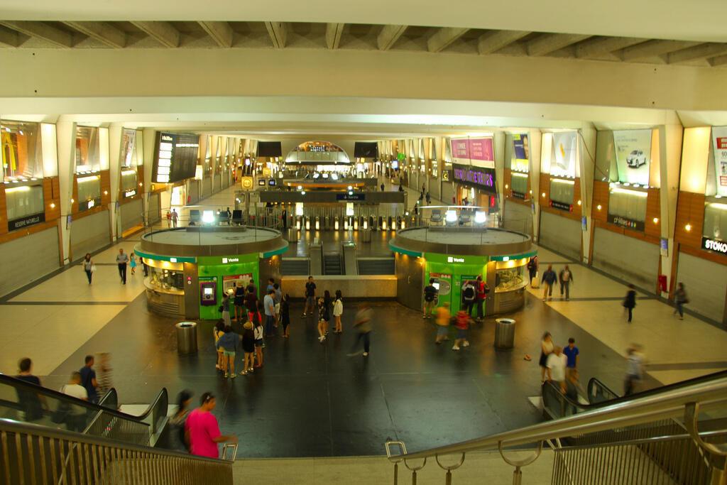 O militar francês ferido fazia patrulha na estação de metrô de La Défense, grande centro comercial e empresarial na zona oeste de Paris.
