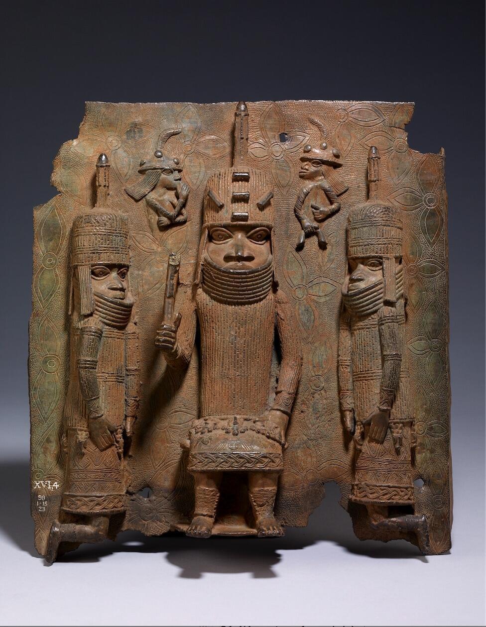Bronce de Benín,  representando a un Oba (rey), a sus lacayos y al fondo, dos comerciantes portugueses. 1500-1600.