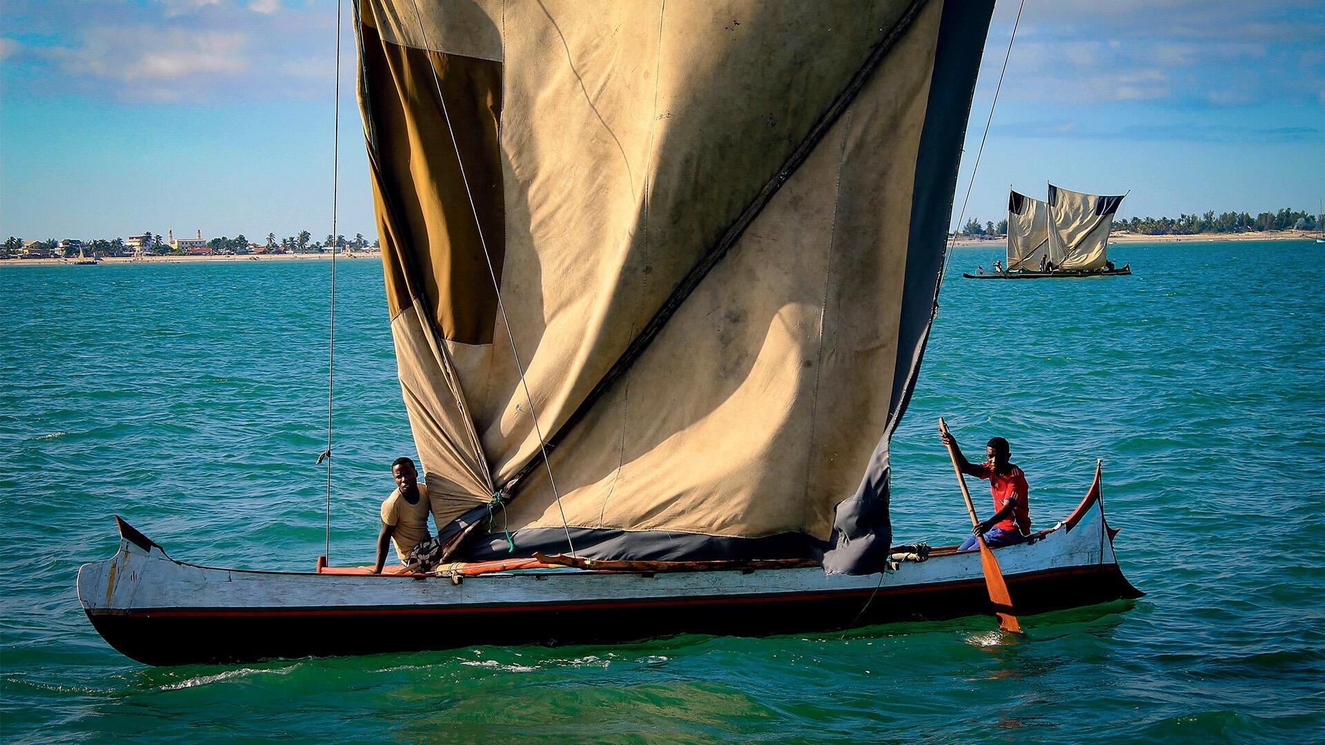 Les Vézos de Madagascar sont parmi les derniers nomades des mers au monde. Ici, à bord de leur laka, une pirogue à balancier à la voile carrée.