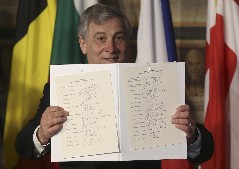 Le président du Parlement européen Antonio Tajani exhibe la Déclaration de Rome signée par les chefs d'Etat des 27 pour réaffirmer leur engagement européen, le 25 mars 2017..