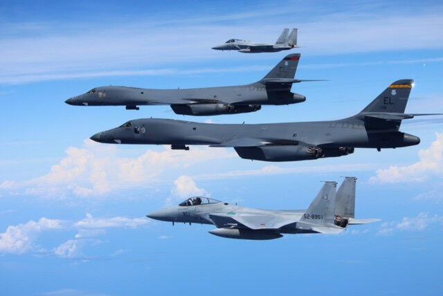 Oanh tạc cơ B-1B của Mỹ và chiến đấu cơ F-15 của Nhật Bản tập trận ở Biển Hoa Đông, ngày 09/09/2017.