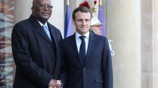 Le président burkinabè Roch March Christian Kaboré et le président français Emmanuel Macron à l'entrée de l'Elysée, le 17 décembre 2018.