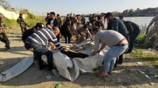 Equipe de resgate iraquiana trabalha perto da região onde uma balsa naufragou em Mossul, no Iraque, em 21 de março de 2019.