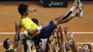 Thomaz Bellucci vence o espanhol Roberto Bautista Agut neste domingo e é aclamado pela equipe brasileira.14/09/14