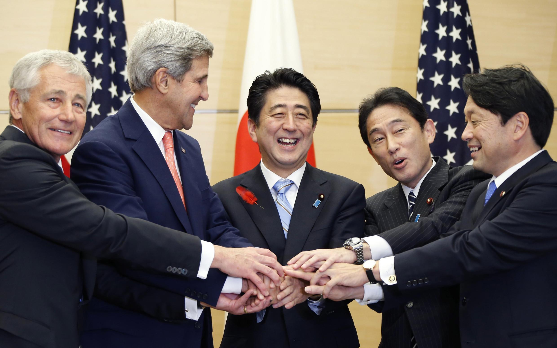 Từ trái sang: Bộ trưởng Quốc phỏng Mỹ Chuck Hagel, Ngoại trưởng Mỹ John Kerry, Thủ tướng Shinzo Abe, Ngoại trưởng Nhật Fumio Kishida và Bộ trưởng Quốc phòng Nhật Itsunori Onodera tại Tokyo ngày 3/10/2013.