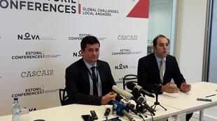 """O ministro da Justiça Sérgio Moro (à esquerda), durante o evento """"Conferências do Estoril"""" em Portugal, nesta terça-feira (28)."""