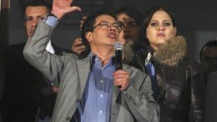 Gustavo Petro da un discurso a sus partidarios, en Bogotá, este 19 de marzo de 2014.