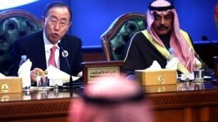 Ban Ki-moon et le ministre des Affaires étrangères du Koweït, Sabah al-Khaled al-Sabah.